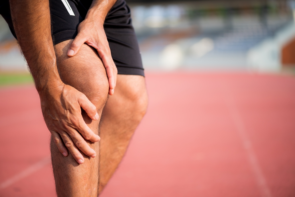 Runner experiencing knee pain image.